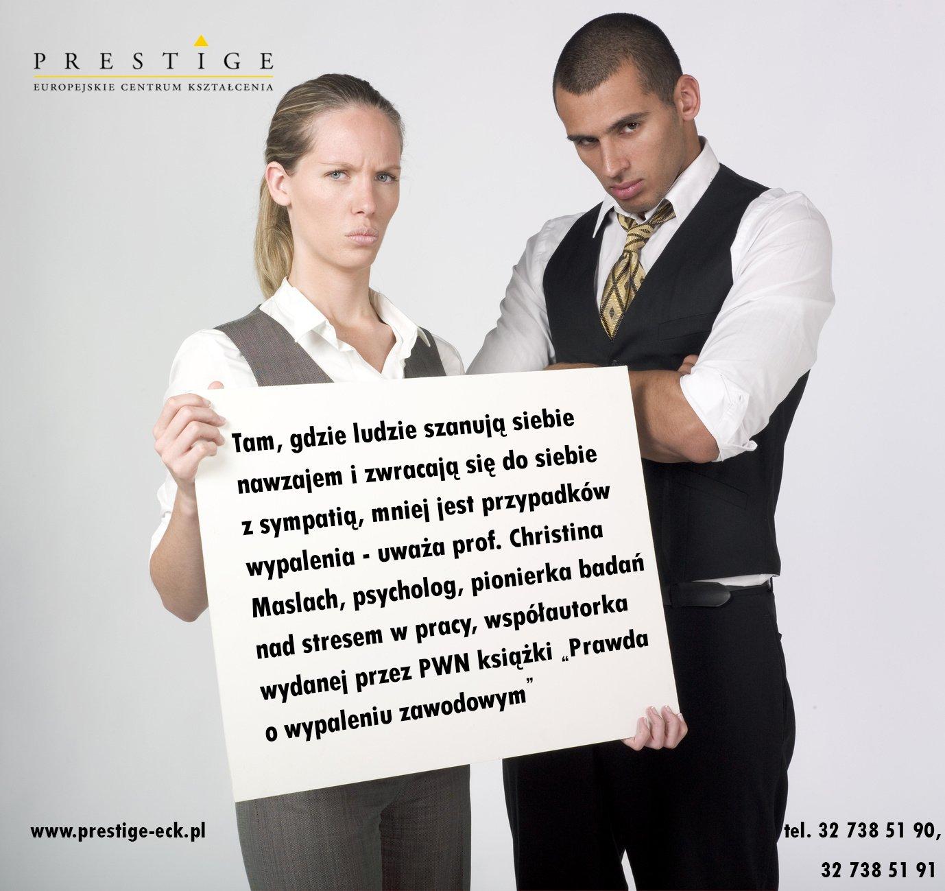 jeune couple panneau revendication soldes